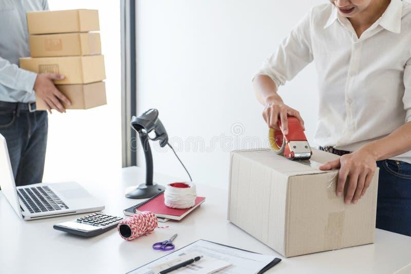 Ventes en ligne d'exp?dition, petite entreprise ou caisse d'emballage de service de distribution et de travail de propri?taire d' image libre de droits