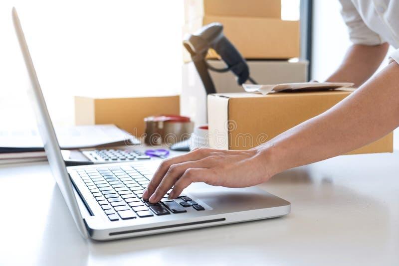 Ventes en ligne d'exp?dition, petite entreprise ou caisse d'emballage de service de distribution et de travail de propri?taire d' photos stock