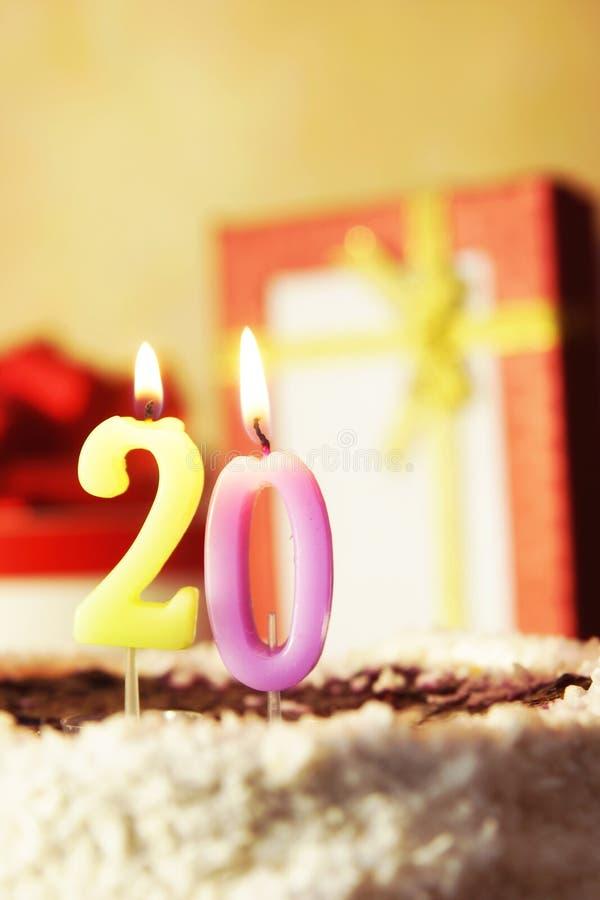 Venti anni Torta di compleanno con le candele burning immagini stock libere da diritti