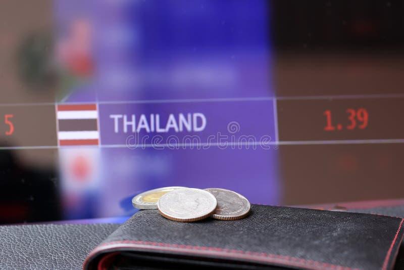 Venti monete tailandesi di baht una dieci e due monete di cinque sul portafoglio nero sul pavimento nero e bordo digitale dei sol fotografie stock libere da diritti