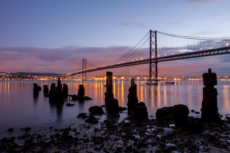 venticinquesima April Bridge e vecchie rovine del pilastro immagini stock