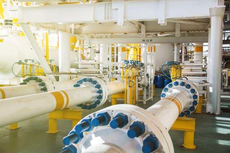 Ventil und Rohr zeichnen in Öl- und Gasplattform offshor stockbild