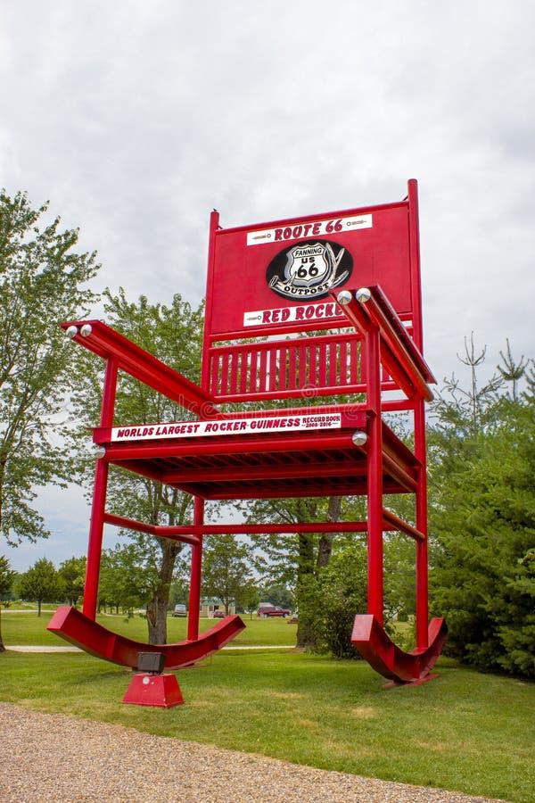 Ventilação, Missouri, Estados Unidos - cerca do junho de 2016 - cadeira de balanço vermelha gigante do balancim dentro na rota 66 foto de stock