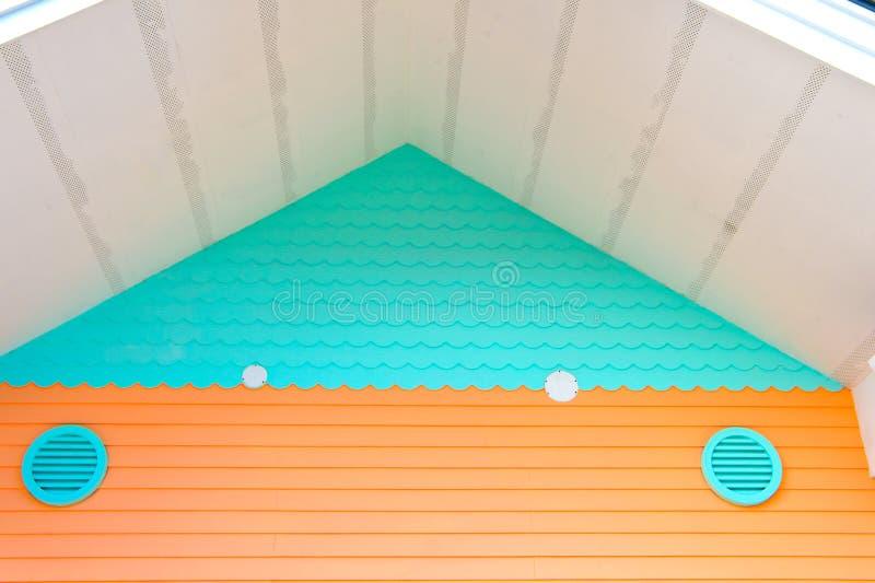 Ventilação na casa Sistemas de ventilação inteiros da casa Maneiras de ventilar sua casa Cor de turquesa da grelha do ar sobre fotos de stock royalty free