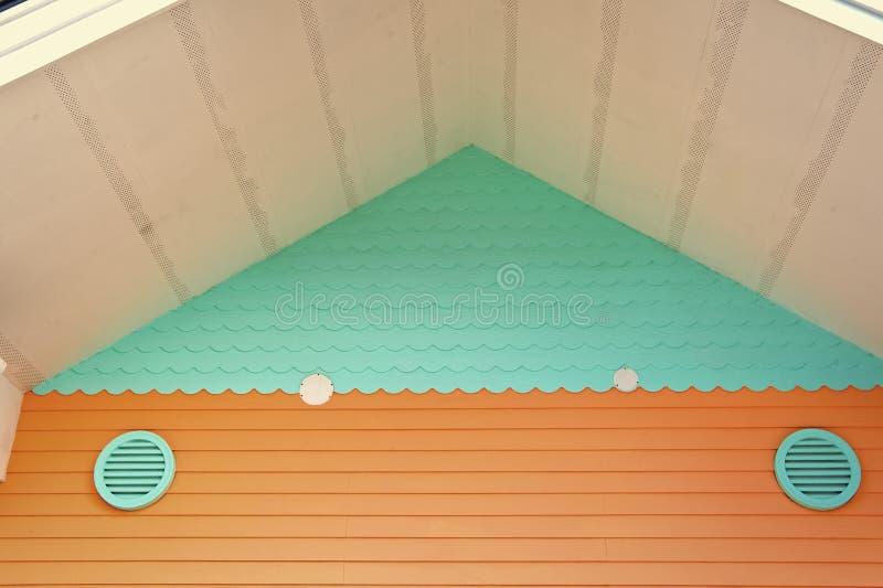 Ventila??o na casa Sistemas de ventila??o inteiros da casa Maneiras de ventilar sua casa Cor de turquesa da grelha do ar sobre fotografia de stock