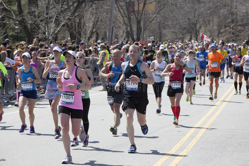 Ventila os corredores do elogio na maratona 2014 de Boston imagem de stock royalty free