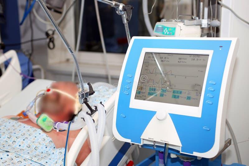 Ventilación mecánica, paciente enfermo crítico foto de archivo