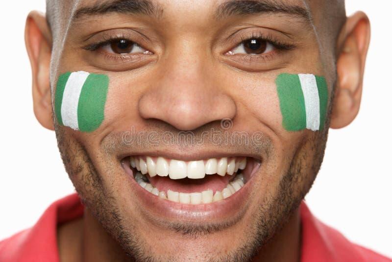 Ventilador de esportes masculino com bandeira nigeriana O pintado foto de stock royalty free