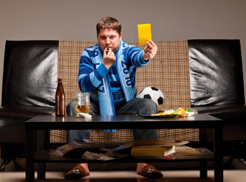 Ventilador de fútbol en el sofá foto de archivo libre de regalías