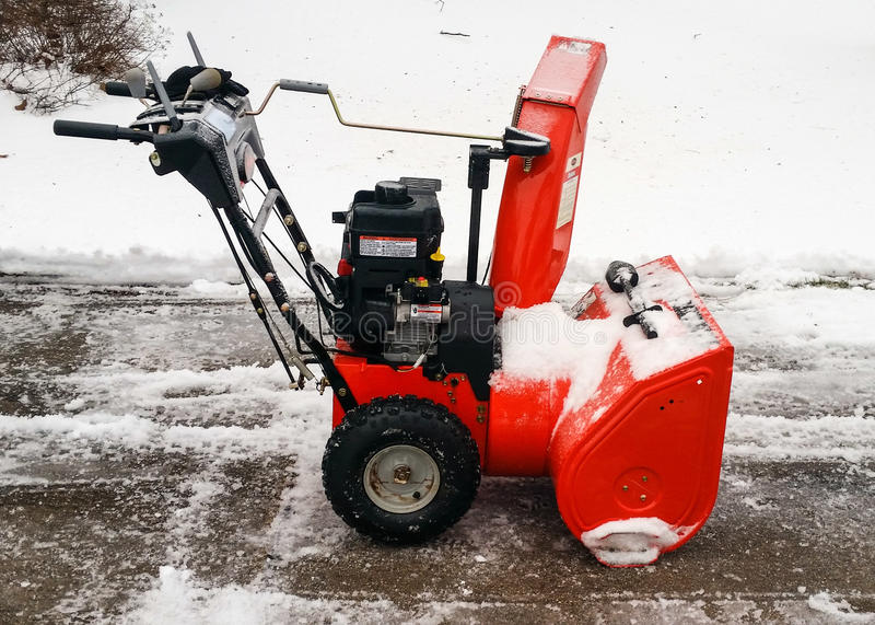 Ventilador de neve na maneira da movimentação com neve recentemente caída fotografia de stock