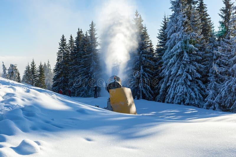 Ventilador de nieve en Bukovel foto de archivo