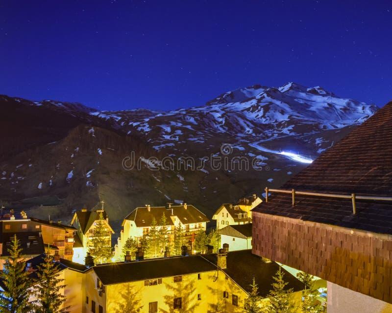 Ventilador de nieve que trabaja en la noche en una estación de esquí fotos de archivo