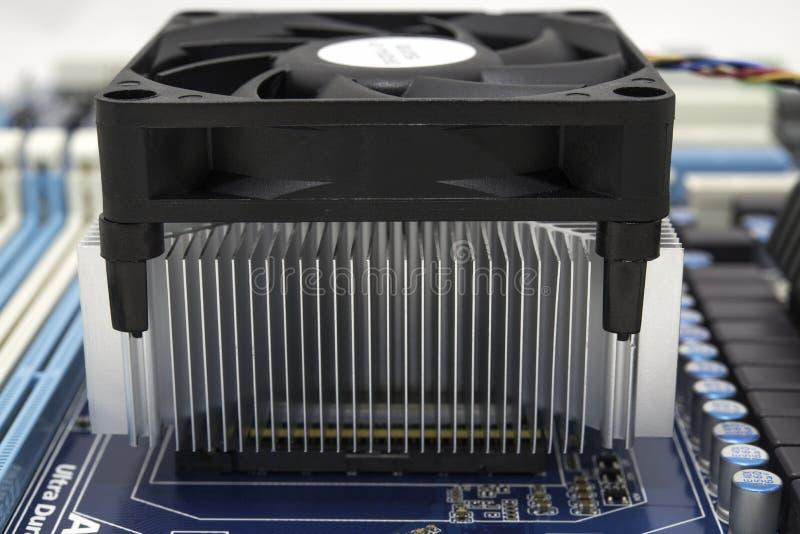 Ventilador e radiador de refrigeração no processador imagem de stock