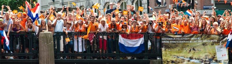 Ventiladores de futebol holandeses que vão loucos imagens de stock royalty free
