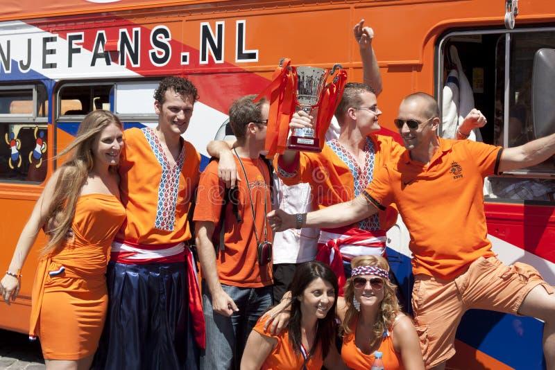 Ventiladores dos Países Baixos com o copo da disposição fotografia de stock royalty free