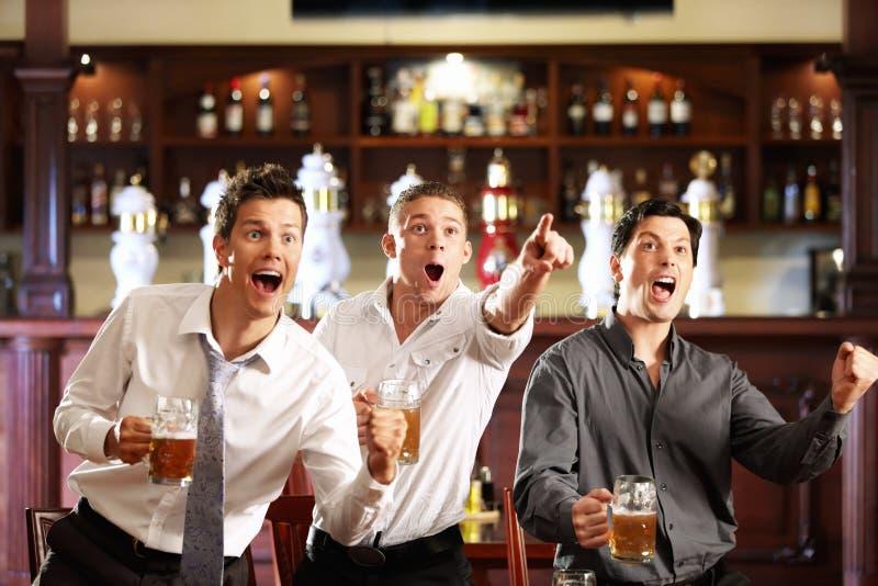 Ventiladores no pub fotografia de stock royalty free
