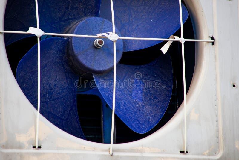 Ventilateur d'extraction industriel en plastique bleu images stock