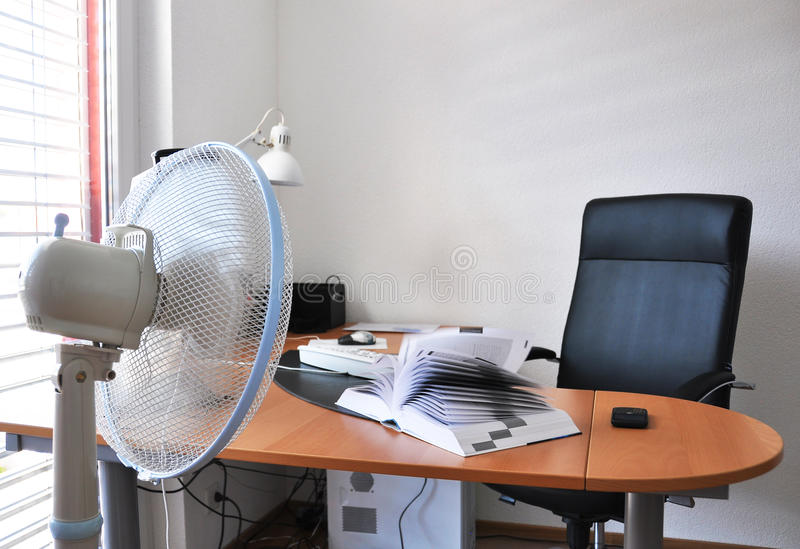 Ventilateur dans le bureau images stock