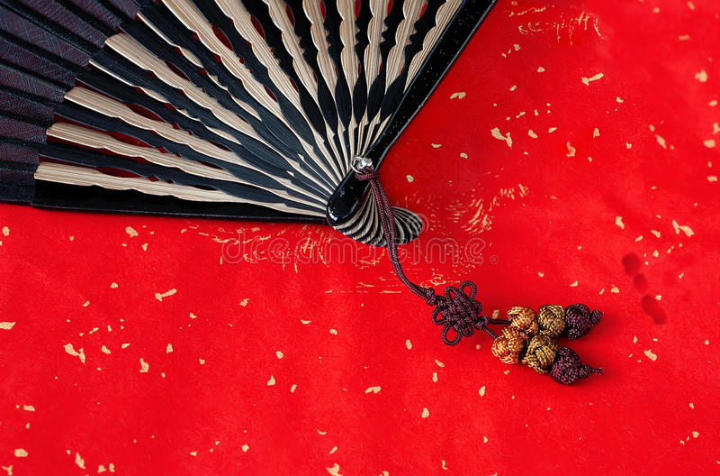 Ventilateur en bambou chinois sur le rouge photo libre de droits