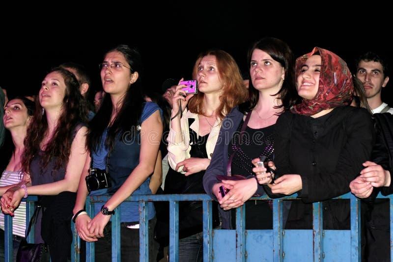 Ventilateurs au concert de rock photo stock