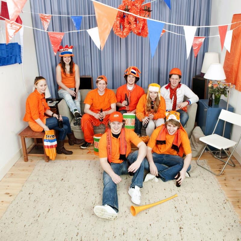 Ventilateurs de football à la maison photo libre de droits