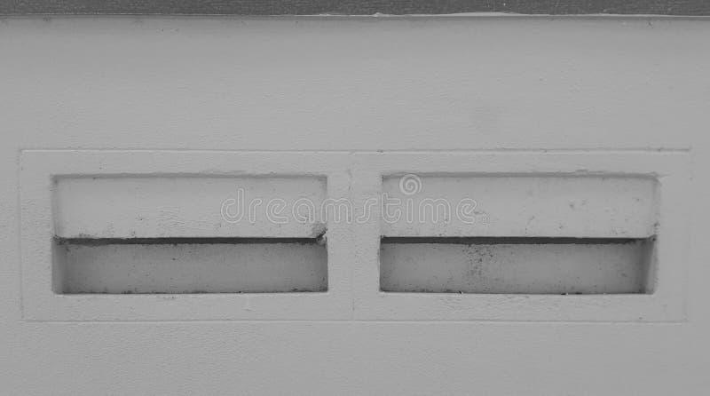 Ventilatie uitgehold blok op een muur stock foto