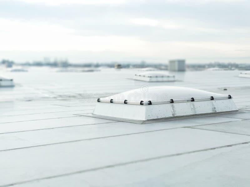 Ventilatiegat op het dak van het gebouw, ventilatiesystemen, die een warme luchtafzet verstrekken stock afbeeldingen