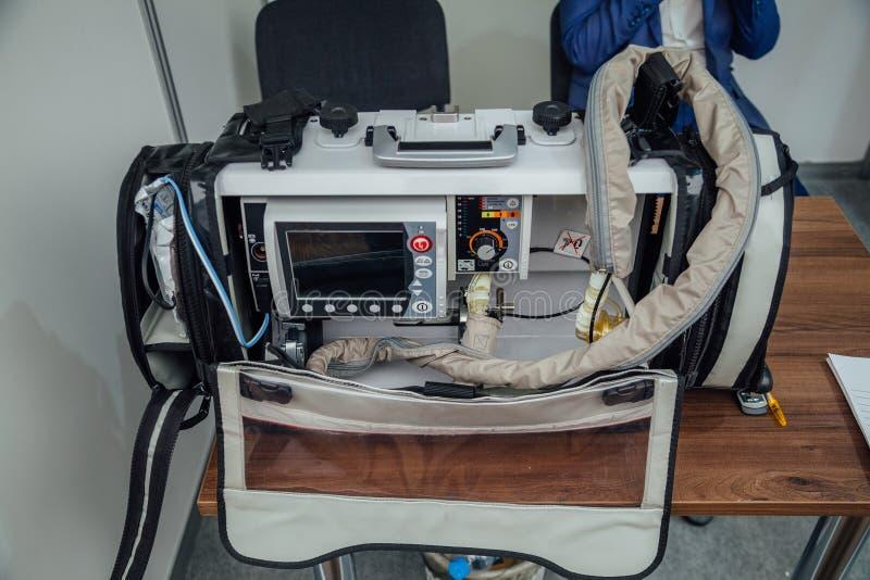 Ventilation portative de secours, thérapie d'oxygène, système de contrôle patient avec le défibrillateur photo libre de droits