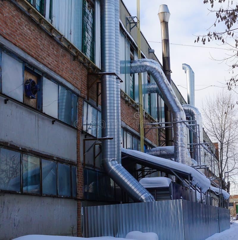 Ventilationsrör från fabrikslokalen Industriellt beskåda Ryssland arkivfoto
