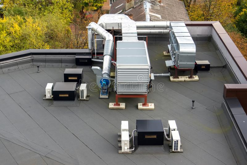 Ventilationssystem på taket arkivfoton