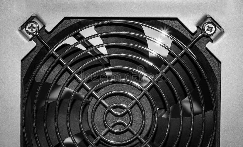Ventilator hinter dem Grill lizenzfreies stockfoto