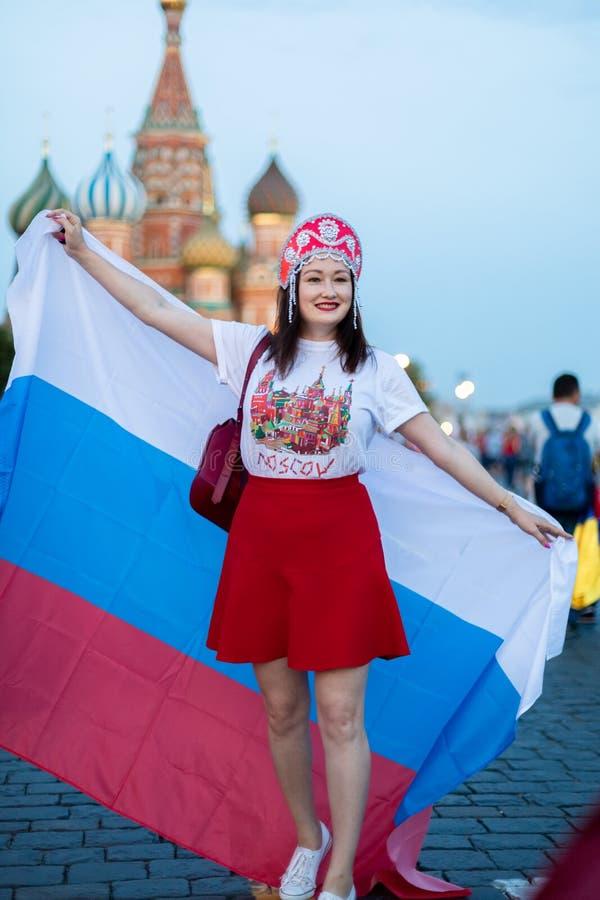 Ventilator van FIFA kokoshnike met Russische vlag op rood vierkant in Moskou stock afbeelding