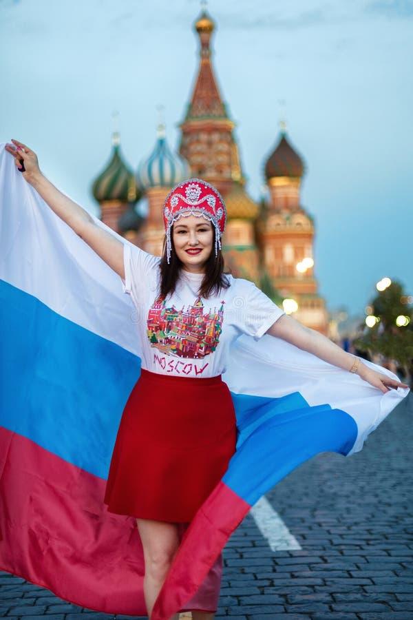 Ventilator van FIFA kokoshnike met Russische vlag op rood vierkant in Moskou royalty-vrije stock afbeeldingen