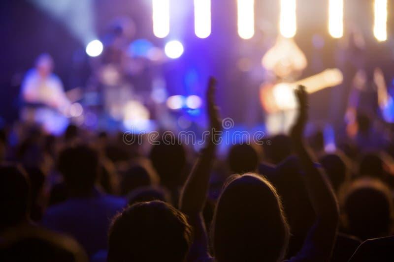 Ventilatore al concerto in tensione con le mani in su fotografie stock libere da diritti