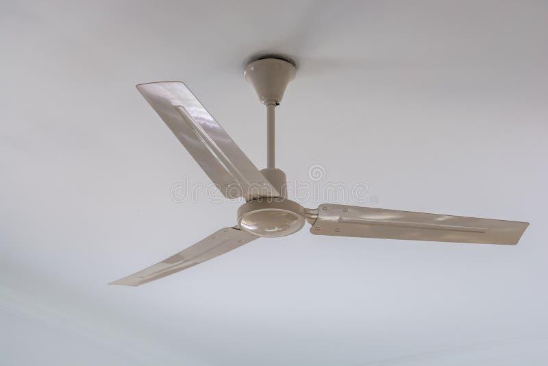 Ventilatore da soffitto bianco sul soffitto bianco fotografie stock