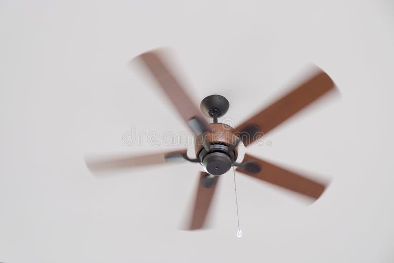 Ventilatore da soffitto commovente in una camera di albergo immagine stock libera da diritti
