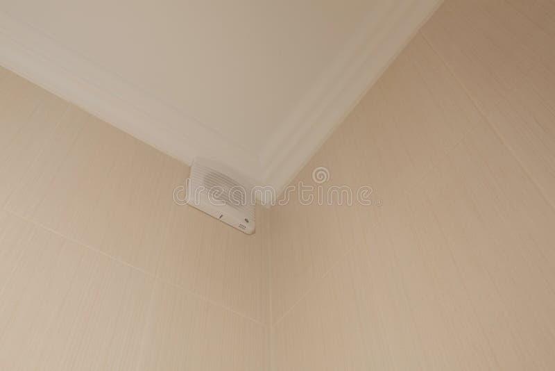 Ventilatore in un bagno su una parete delle mattonelle immagini stock libere da diritti
