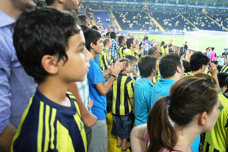 Ventilatori incoraggianti nello stadio di calcio fotografie stock libere da diritti