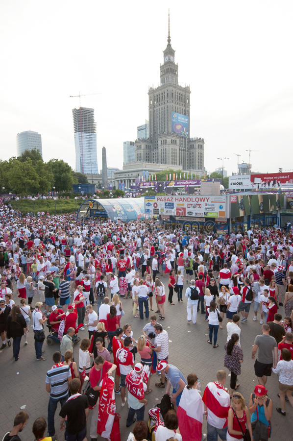 Ventilatori polacchi alle vie di Varsavia immagine stock