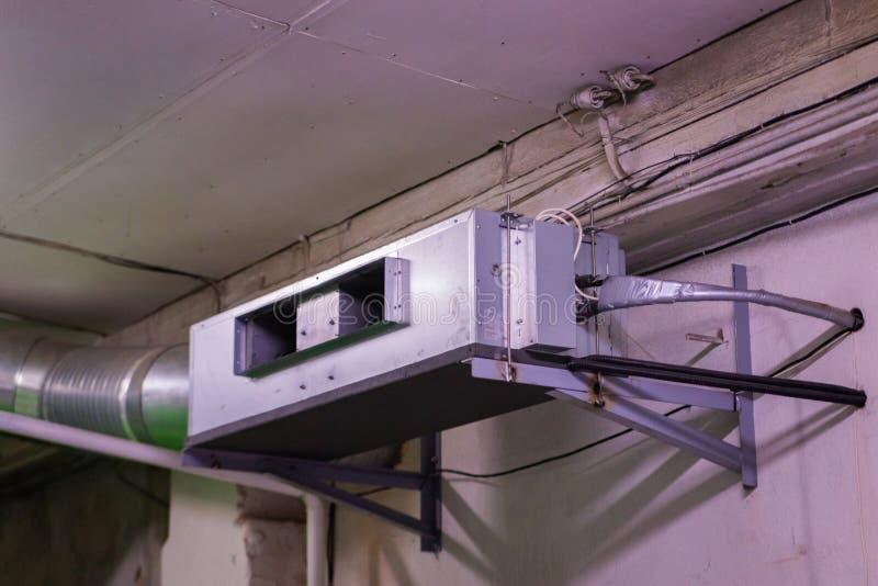 Ventilatorrol met aangesloten waterpijpen en flexibele luchtleiding royalty-vrije stock foto