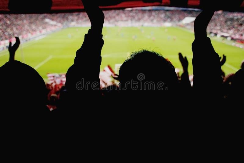 Ventilators die voetbalspel toejuichen royalty-vrije stock afbeeldingen