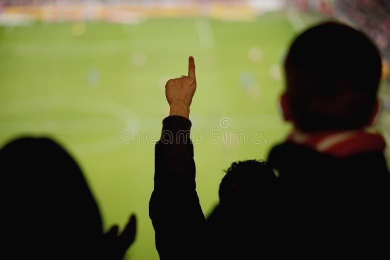 Ventilators die voetbalspel toejuichen stock fotografie