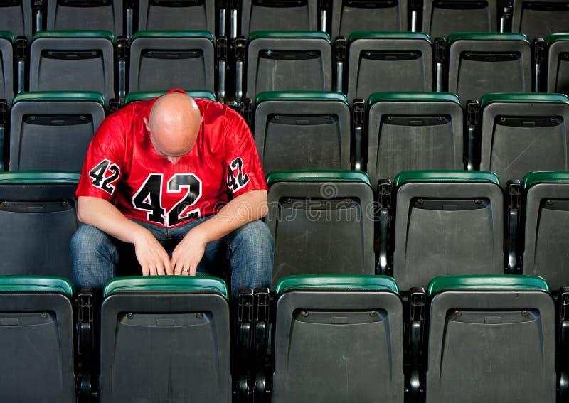 Ventilators: Eenzame die Mens na Voetbalverlies wordt teleurgesteld stock fotografie