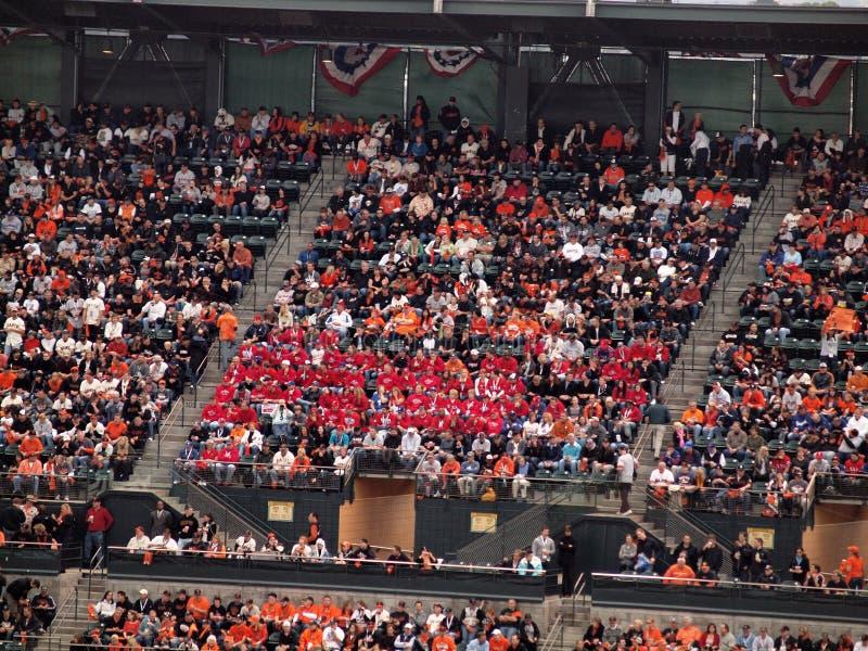 Ventilators van de het overhemdsBoswachter van het pak de rode in de tribunes royalty-vrije stock foto's