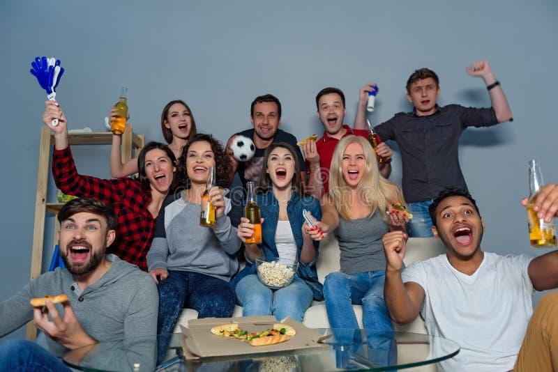 Ventilators van voetbal het letten op gelijke royalty-vrije stock fotografie