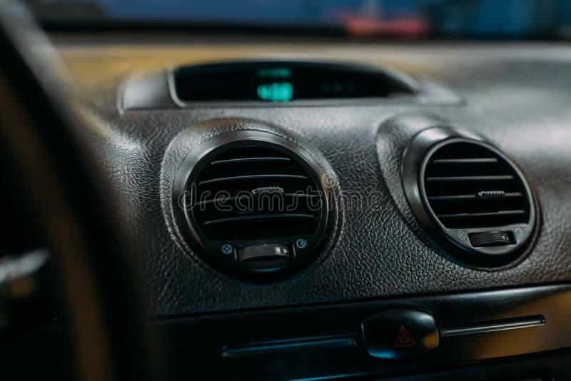 Ventilazione dell'aria in automobile dentro la vista fotografia stock