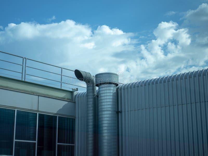 Ventilazione industriale dell'aria con cielo blu e l'interno di industria fotografia stock libera da diritti