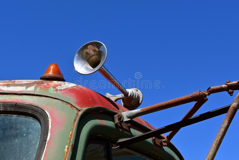 Ventile el cuerno en semi un taxi viejo del tractor foto de archivo libre de regalías