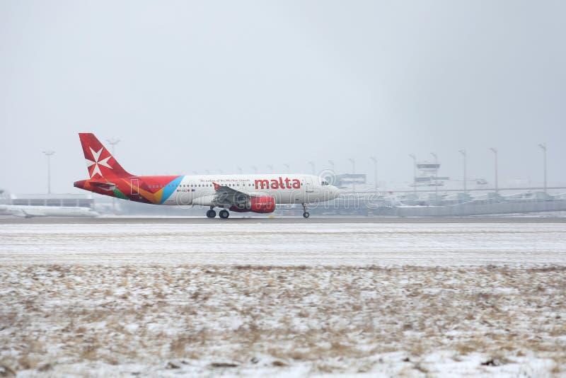 Ventile Malta Airbus A320-200 9H-AEQ que lleva en taxi en nieve fotos de archivo