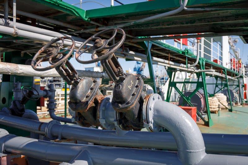Ventiler och rörledning för att ladda vätskelast på enkemikalie tankfartyg royaltyfria bilder